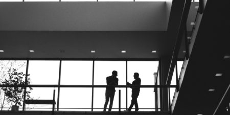 Två studerande diskuterar med varandra