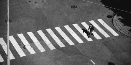 Människa korsar gata.