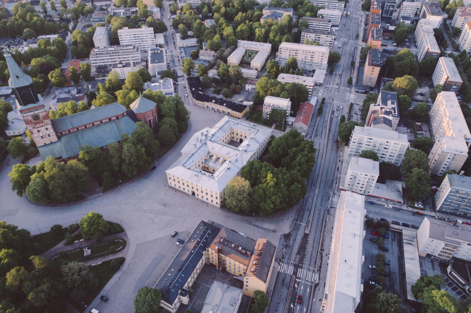 Flygbild över domkyrkan och Åbo Akademis campus