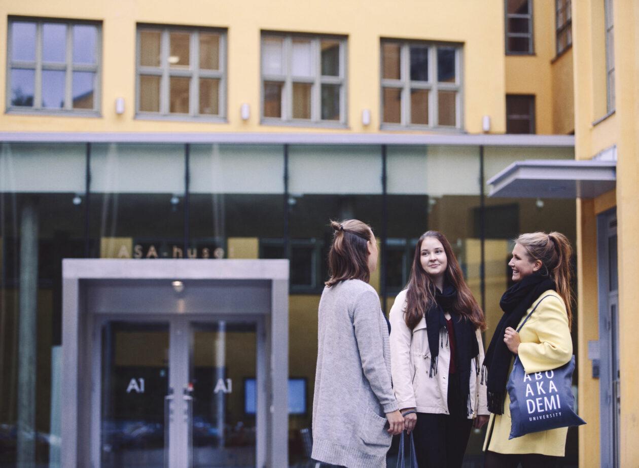 Studerande framför ASA-huset