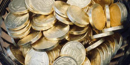 Mynt i en skål.