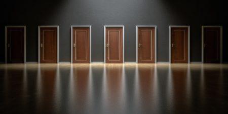 En bild på flera dörrar bredvid varandra