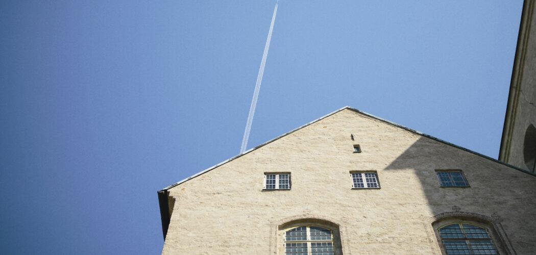 Flygplan på himlen ovan Åbo slott.