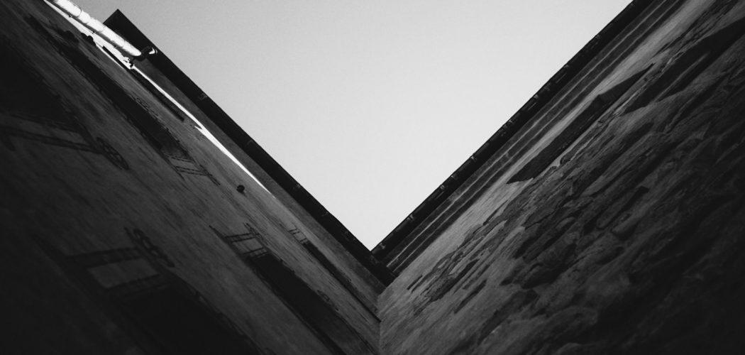 svart-vit himmel och husvägg
