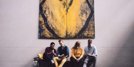 Grupp av studerande under en tavla.