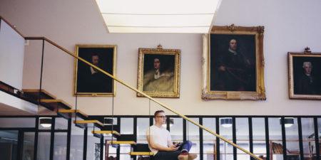 Bild på studerande som sitter i bibliotekstrappan.