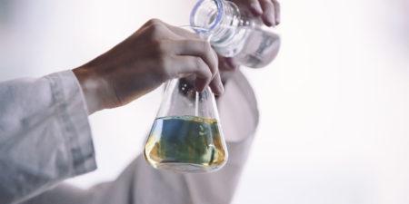 färgad vätska i en glasbägare