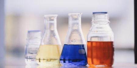 Olika kemiska vätskor, färger gult, blått och rött.