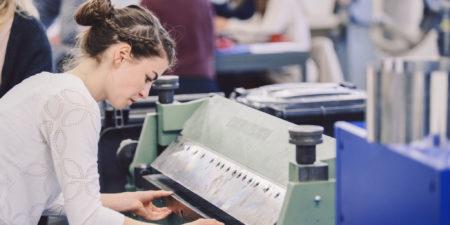 Kvinna vid maskin