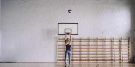 Bild på en studerande som spelar basket