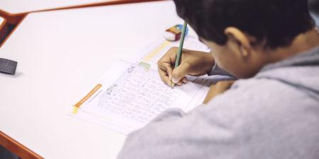 Bild på en liten pojke som räknar matematik