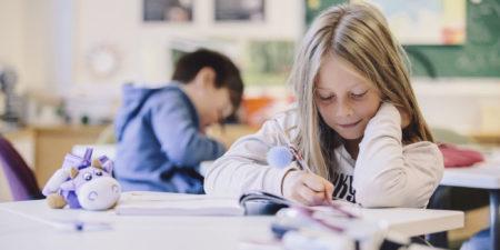Bild från ett klassrum, på bild är det en liten flicka och pojke