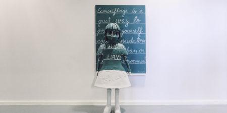 Staty föreställande en flicka.