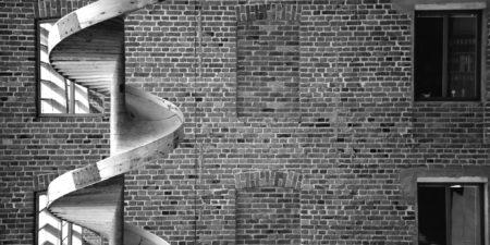 Svartvit bild på tegelvägg och en spiral.