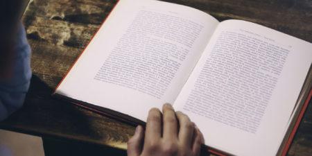 uppslagen bok, hand