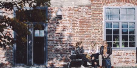 Studenter utanför Arken.