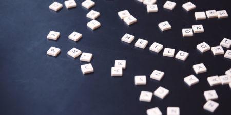 Bild på alfabetet, där det är bokstaverat hello