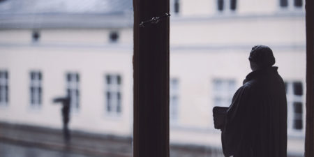 Statyett framför fönster