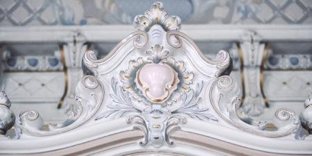 pastelfärgat ornament på vägg