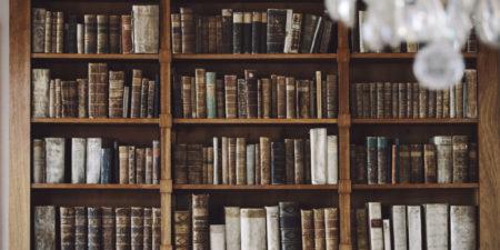 bokhylla med gamla böcker
