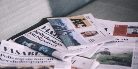 Sanomalehtiä pinossa