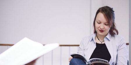 Läsande kvinna.