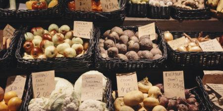 Grönsaker vid ett försäljningsstånd.