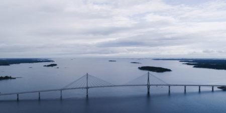 En bro och öppet hav