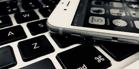 Tangentbord och en smartphone.