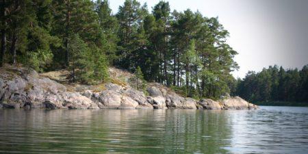 Skärgårdsbild, hav och land.