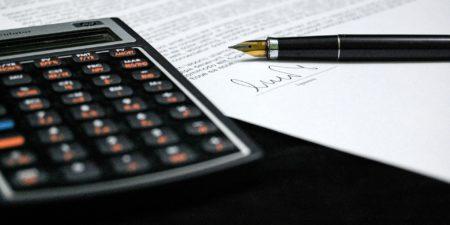 Bild på avtal och räknare