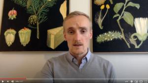 Skärmdump från Albert Weckmans youtubefilm, där han berättar om kursen i internationell politik