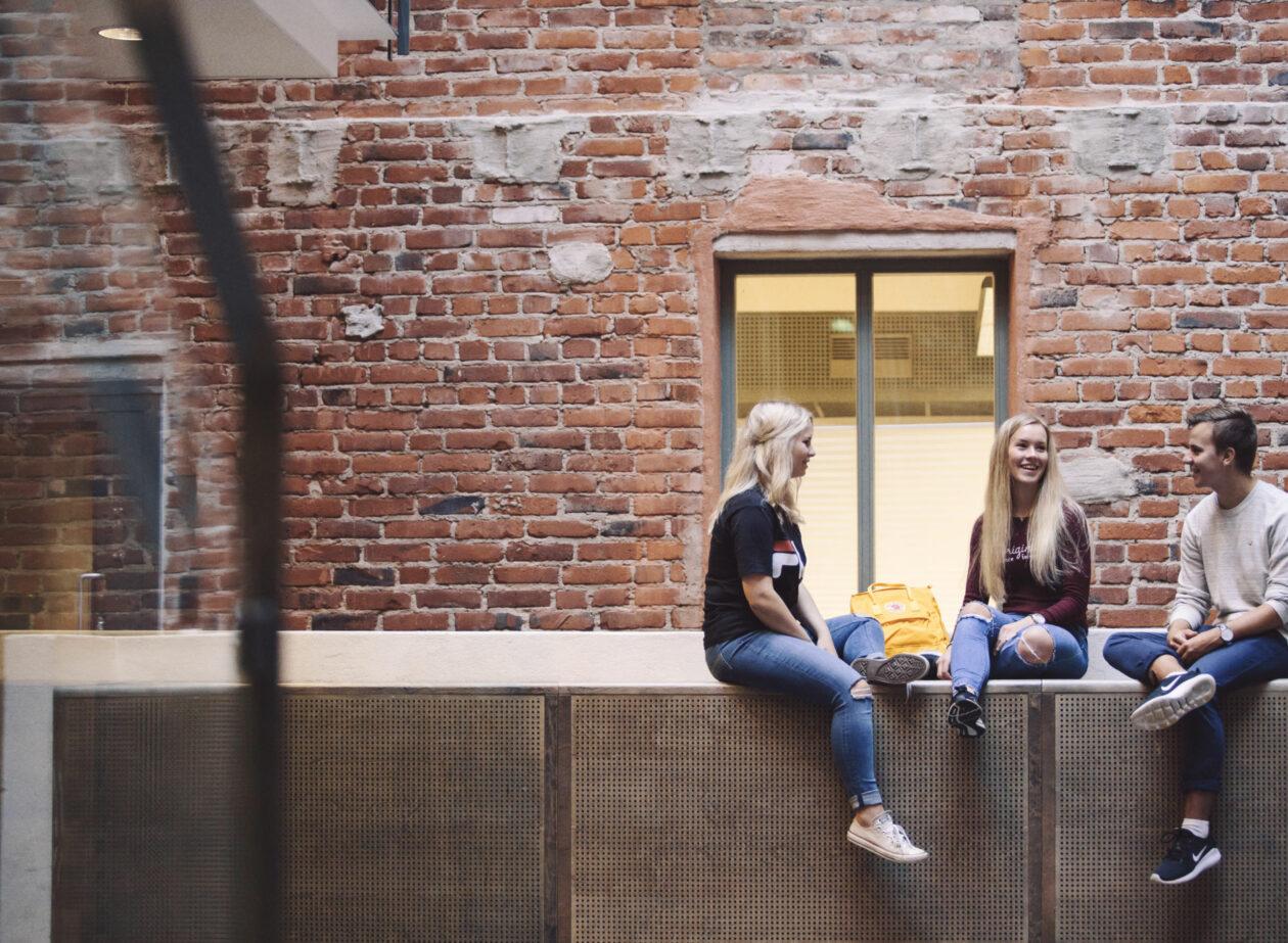 Studerande som sitter i Academill.