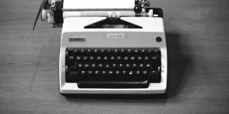 Skrivmaskin med krylliska bokstäver.