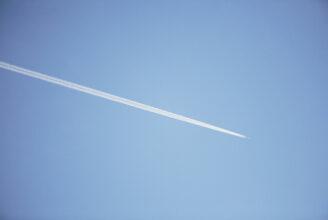 Flygplan på blå himmel