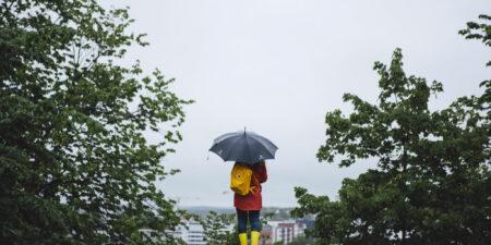 Studerande med paraply