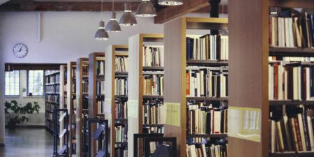 Bokhyllor i Arkens bibliotek.