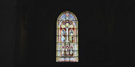 Kyrkofönster i många olika färger.