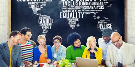 Grupp av människor av olika etnicitet samarbetar.