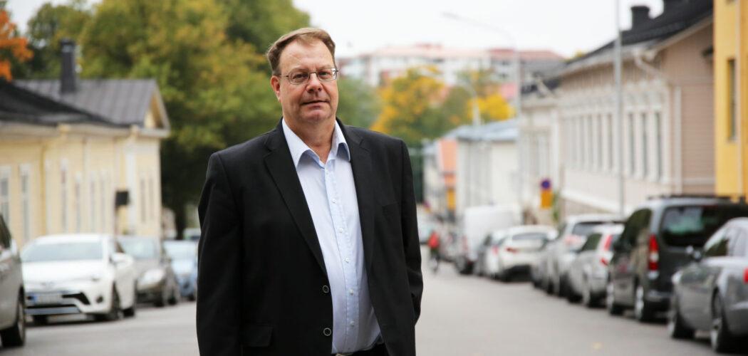 Professor Marko Joas står på en gata.