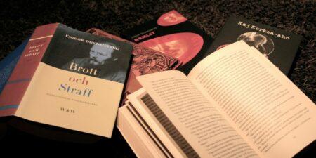 Bokhög med klassiska böcker.