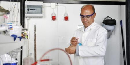 Pedro Fardim i ett laboratorium, iförd labbrock och skyddsglasögon.