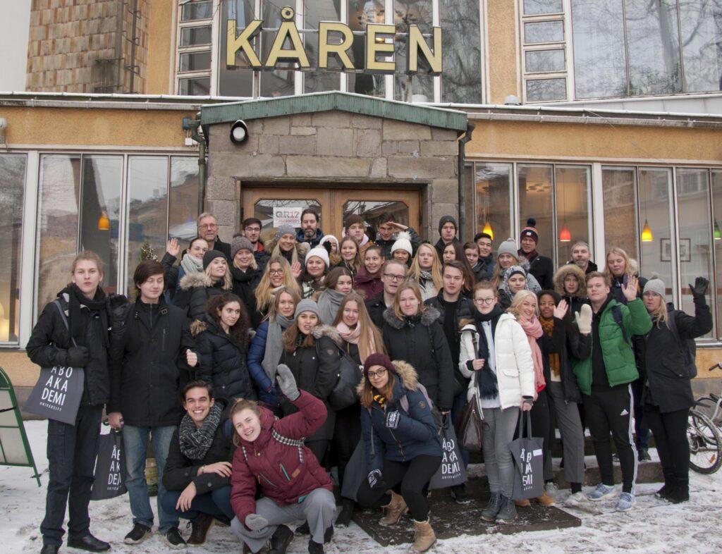 Elevgrupp framför Kårens dörr