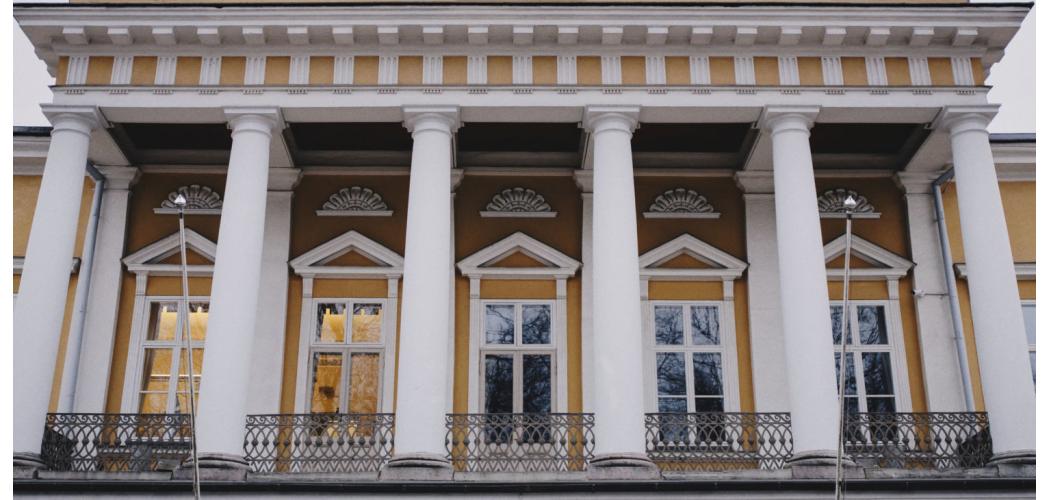 Balkongen på Åbo Akademis huvudbyggnad.