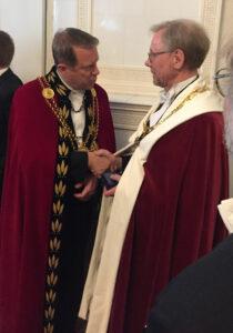 Två festklädda rektorer
