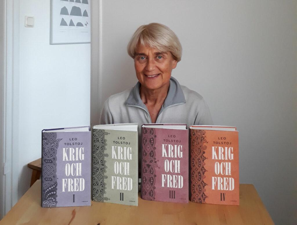 Barbara Lönnqvist bakom bord med Krig och fred i fyra delar.