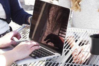 Hand som skriver på laptop
