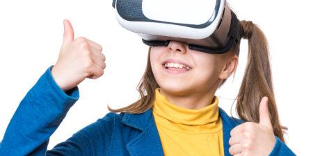 Flicka mer VR-glasögon. Bild för fortbildningen Att leva och lära i ett digitaliserat samhälle