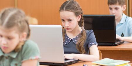 Barn som använder bärbara datorer i undervisningen.