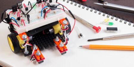 En hemmagjord robot på ett bord.
